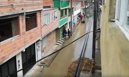 [VIDEO]  En medio de inundación, habitantes de Soacha rechazan alza del impuesto predial
