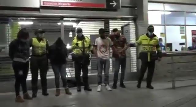 [VIDEO]  Estaban robando en estación de Transmilenio y los capturaron