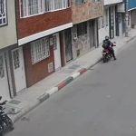 [VIDEO]  Algo les salió mal a delincuentes que intentaron robar una moto en Bosa