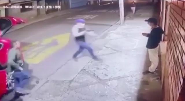 [VIDEO] Ciudadano se salva de atraco en Bogotá porque otra persona desenfunda su arma