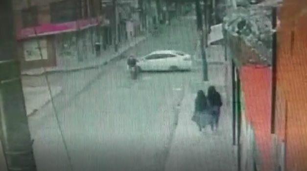 Terrible accidente sufre motociclista en calle de Bogotá