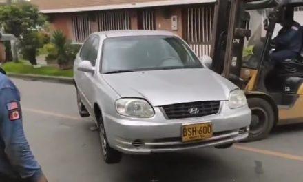 [VIDEO] Cuidado con dejar su vehículo mal parqueado, un montacargas lo puede mover