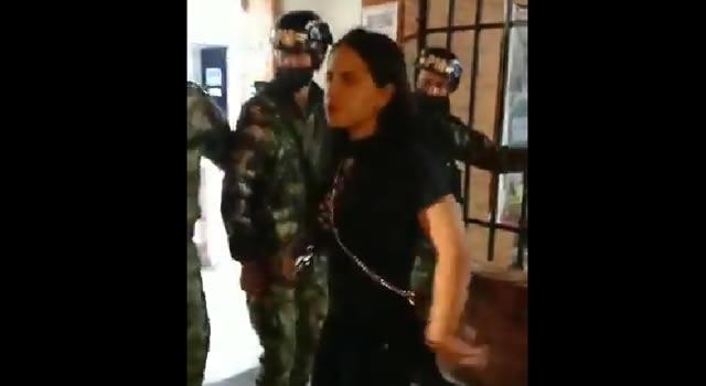 [VIDEO]  Mujer borracha golpea a un soldado en el Cantón Norte de Bogotá