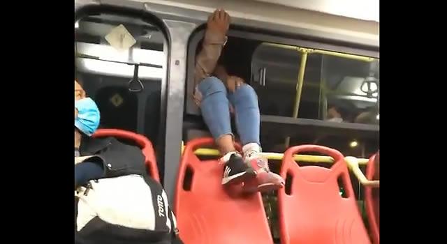 [VIDEO]  Mujer no esperó que el Transmilenio llegara a la estación, miren cómo se bajó