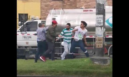 [VIDEO]  A golpes se enfrentan dos conductores en calle de Bogotá