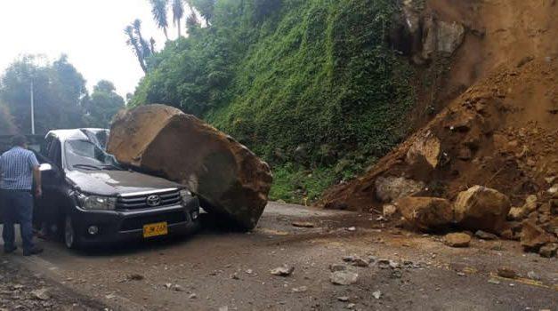 [VIDEO]  Gigantesca roca cae sobre una camioneta en la vía Soacha-Mesitas