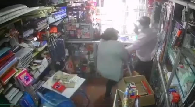 [VIDEO]  Ladrón pierde el conocimiento por 'paliza' que le dio la comunidad en Bogotá