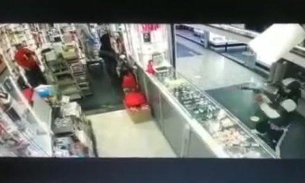 [VIDEO] Dos comerciantes baleados en centro comercial de Bogotá, uno murió