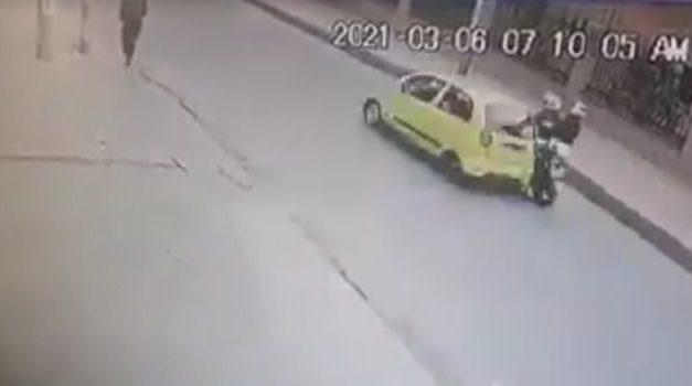[VIDEO] Taxista arrolla a pareja de motociclistas en Bogotá y escapa del lugar