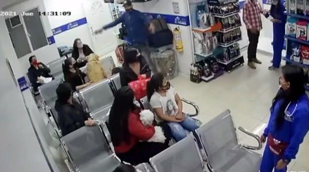 Dos delincuentes atracan veterinaria en Bogotá y roban a clientes y empleados