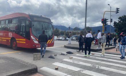 Suspenden servicio de Transmilenio por protestas en Bogotá