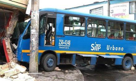 Cinco heridos deja choque de bus del Sitp contra una casa en Bogotá