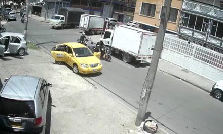 [VIDEO]  Fleteo en Bogotá, así robaron con pistolas a dos hombres dentro de un taxi