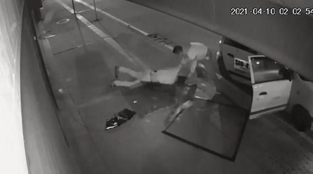 [VIDEO] Brutal golpe de un ladrón por estar robando en Bogotá, quedó inconsciente