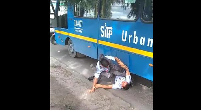[VIDEO] El mal ejemplo de dos conductores del SITP, se enfrentaron a golpes en vía de Bogotá