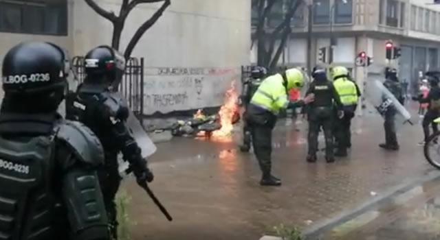 En la Plaza de Bolívar de Bogotá, vándalos incendian moto de la Policía