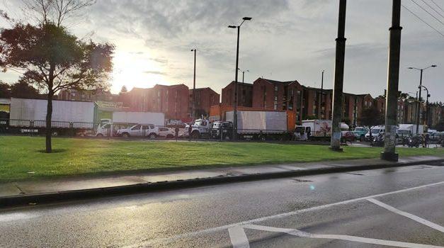Calle 80 bloqueada y aglomeraciones en el Portal de las Américas en Bogotá
