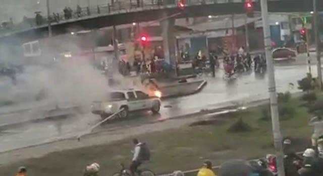 [VIDEO]  Incineran camioneta de la Policía en la calle 22 de Soacha