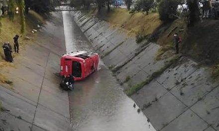 [VIDEO]  20 heridos al caer bus provisional del SITP a un caño en Bogotá