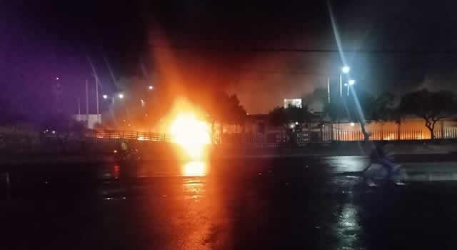 [VIDEO]  Incineran bus de Transmilenio en medio del paro de transporte en Soacha