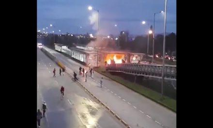 [VIDEO] Así fue el incendio en la estación de Transmilenio de Modelia en Bogotá