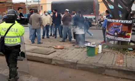 Volquetas y camiones bloquean zona del sur de Bogotá