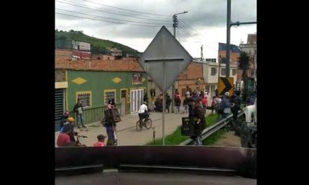[VIDEO]  En medio de bloqueos, desocupan camión de cerveza en Facatativá