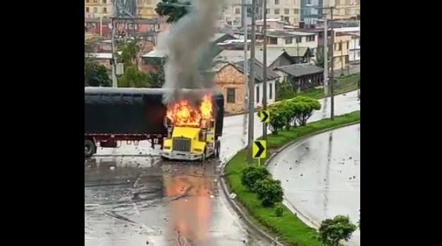 [VIDEO]  Manifestantes toman tractomula a la fuerza y luego la incineran en Facatativá