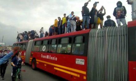 Se apoderan de un bus de Transmilenio durante protestas de este viernes en Bogotá
