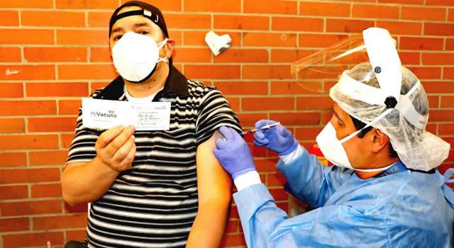 Soacha vacuna a 312 profesores en primera jornada de inmunización docente