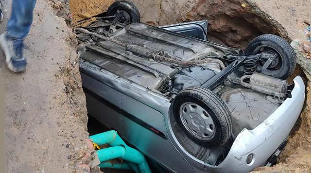 A un vehículo en Soacha 'se lo comió la tierra'