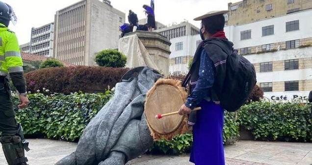 Indígenas tumban estatua de Gonzalo Jiménez de Quesada en centro de Bogotá