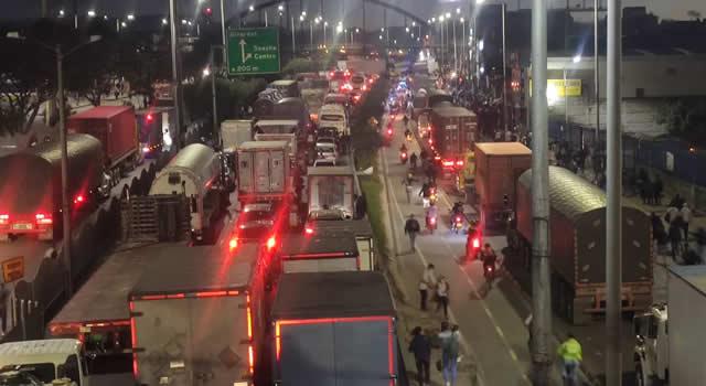 Bloqueos y enfrentamientos en la autopista Sur en Soacha