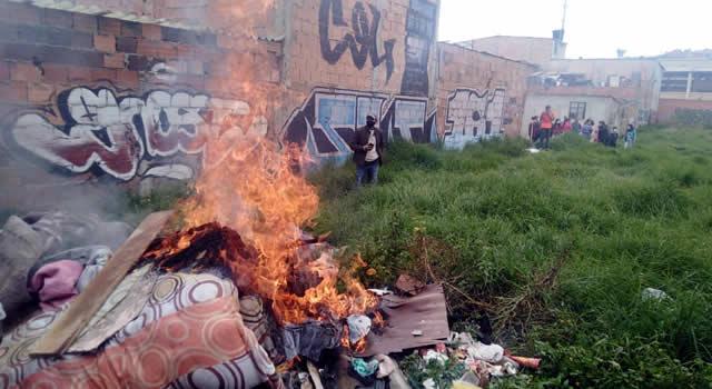 [VIDEO]  Comunidad del Rosal en Soacha quema cambuche de  drogadictos