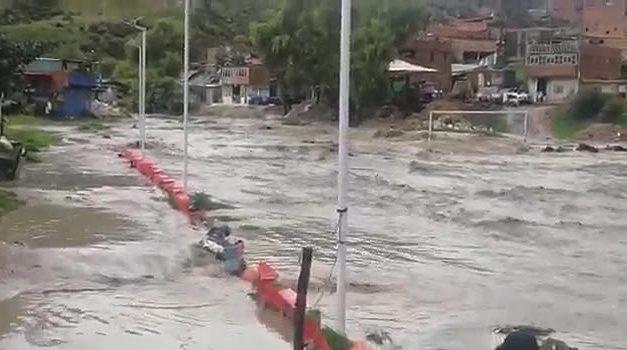 [VIDEO] Bajo el agua quedó cancha de fútbol en Soacha