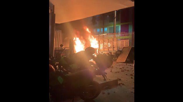 [VIDEO] Vándalos prenden fuego a estación de policía de Madrid, Cundinamarca