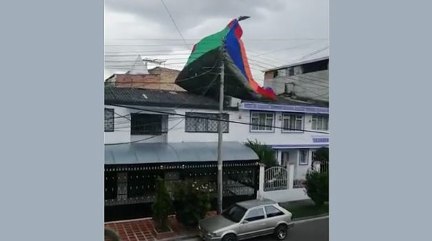 Ventarrón levantó inflable con 5 niños en Bogotá, menor queda en el techo de una vivienda