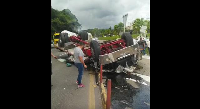 [VIDEO] Conductor sale ileso de aparatoso accidente de tractomula en Silvania, Cundinamarca