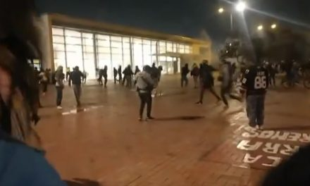 Vandalizan 8 buses y dos estaciones de Transmilenio durante protestas de hoy en Bogotá