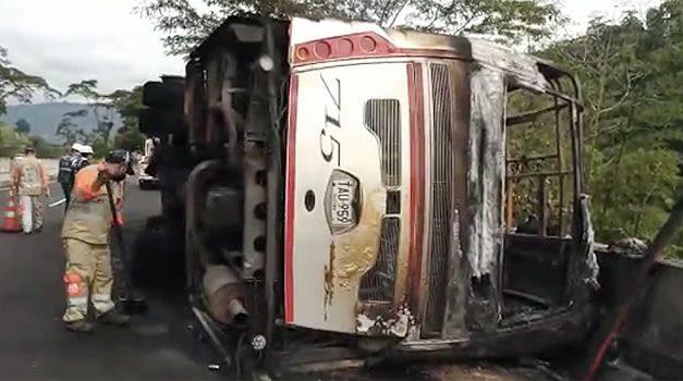 Se incendia bus con 35 pasajeros en la variante de Ibagué