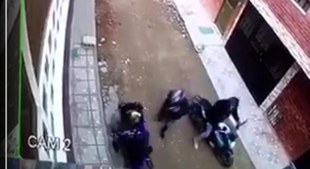 [VIDEO]  Lo atracan para robarle la moto en Soacha, pero esta no les prende
