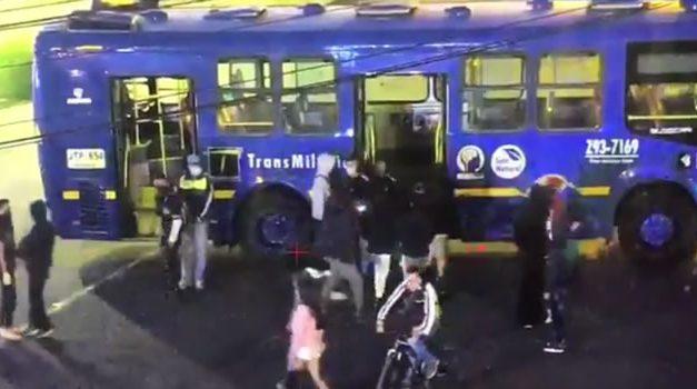 Encapuchados actúan de nuevo en Bogotá, cuatro buses del SITP vandalizados