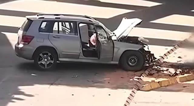 Camioneta no cayó al deprimido de la 94, se chocó y embistió al motociclista