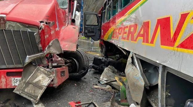 Un muerto y 17 heridos deja accidente en la vía Facatativá-Albán
