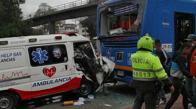 [VIDEO]  Ambulancia y bus del Sitp colisionan violentamente en Bogotá