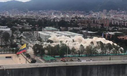 [VIDEO] En menos de 10 segundos derriban edificio del Ministerio de Defensa en Bogotá