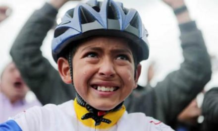 [VIDEO]  Arrollado por una tractomula muere niño que lloró en homenaje a Egan Bernal