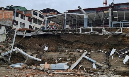 Lluvias hacen desplomar plaza de Ubalá y dejan en riesgo otras edificaciones