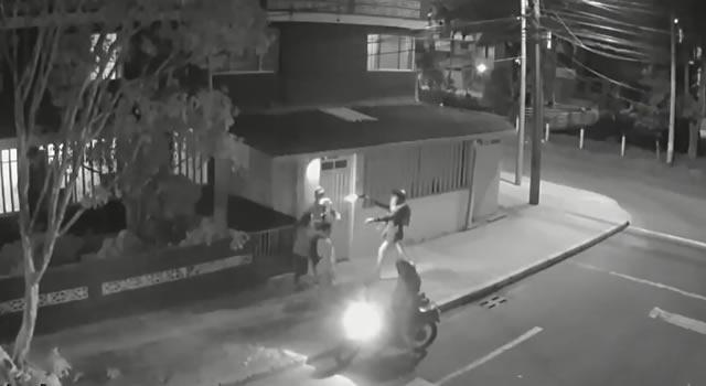 [VIDEO] Ladrón le dispara en la cara a un joven en medio de un atraco en Bogotá
