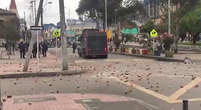 Así quedó la Plaza España después de la batalla campal por operativos de la DIAN en Bogotá